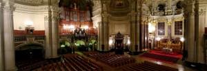 Panorámica de la nave principal de la Catedral de Berlín donde se puede apreciar el órgano principal, así como el altar mayor entre otros elementos.