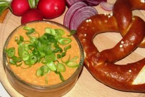 Obatzda acompañado de pretzels.