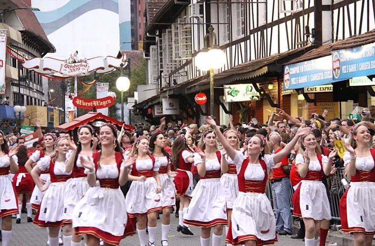 Desfiles por el Oktoberfest en las calles de Múnich.
