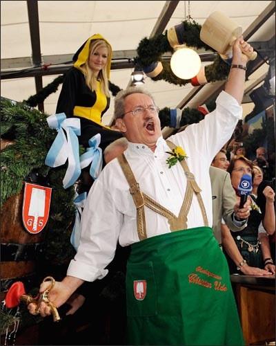 Alcalde dando inicio al Oktoberfest al grito de O 'zapft is!