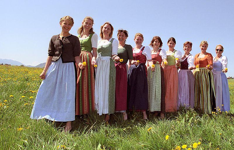 Dirndl en diferentes formas y colores. El Dirndl es el traje tradicional de  las mujeres ... 489eb316239