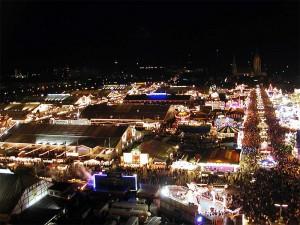 Oktoberfest de noche.
