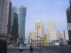 Es una importante plaza pública e intersección del tráfico del centro de Berlín.