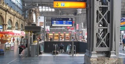Hall de la estación, escaleras-al-sub-bahn en Frankfurt