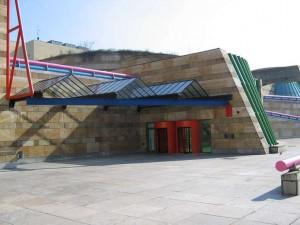 Vista exterior de la entrada a la Nueva Galería Estatal de Stuttgart