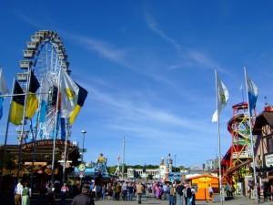 Parque de diversiones en el Oktoberfest.
