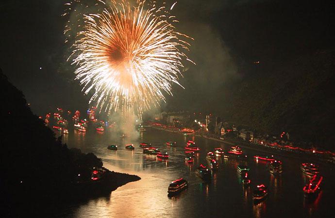 Fuegos artificiales sobre el río Rin