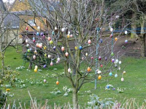 Árbol de Pascua adornado con huevos de colores